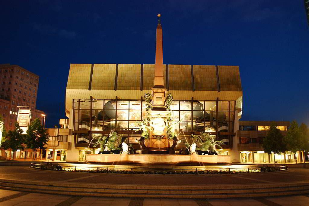 Augustusplatz Leipzig mit Leipziger Gewandhaus und Mendebrunnen - mit freundlicher Genehmigung von Andreas Schmidt / Leipziger Touristik- und Marketing GmbH