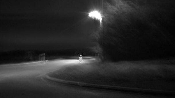 Ein Kind nachts auf der Landstraße - (C) marc-hatot CC0 via pixabay.de