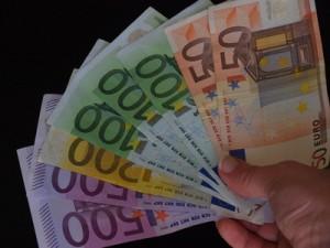 Eine Handvoll Geldscheine - (C) Eva-Maria Roßmann / pixelio.de