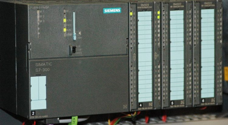 Stuxnet-Angriffsziel: Siemens Simatic S7-300 - By Ulli1105 (Own work) [CC-BY-SA-2.5 (http://creativecommons.org/licenses/by-sa/2.5)], via Wikimedia Commons