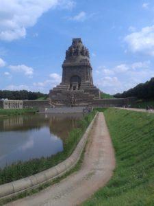 Das Völkerschlachtdenkmal zu Leipzig - Totale von Westen kommend