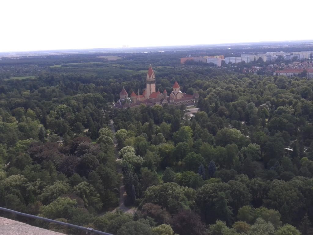 """Blick vom Völkerschlachtdenkmal auf das Krematorium des Südfriedhofs Leipzig in Richtung """"Neuseenland"""" - (C) Henning Uhle"""