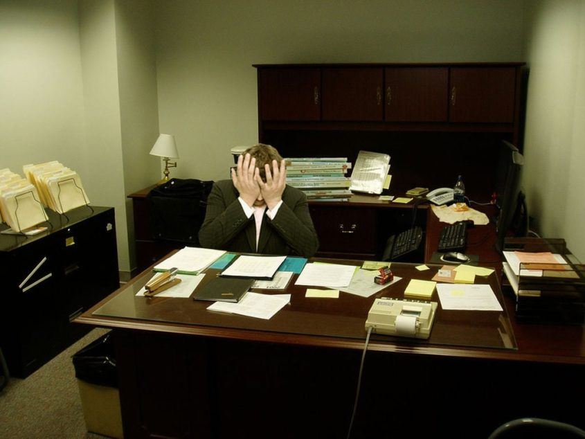 Facepalm - Frustration am Schreibtisch - By LaurMG. (Own work.) [CC-BY-SA-3.0], via Wikimedia Commons