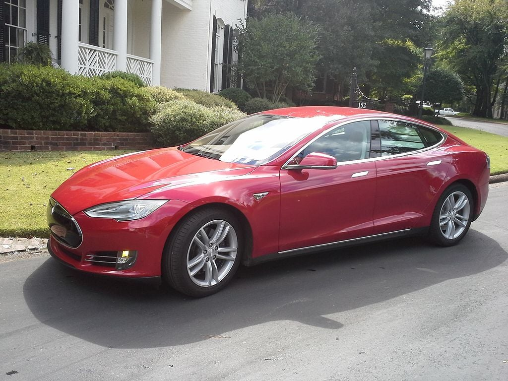 Tesla Model S2 - von User:Seqqis (Eigenes Werk) [CC-BY-SA-3.0], via Wikimedia Commons