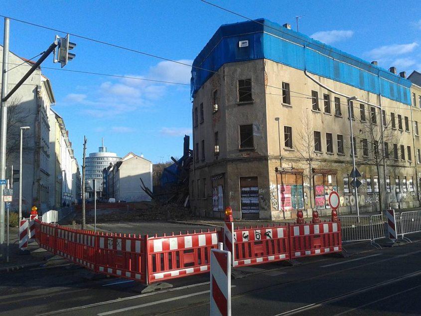Teilweise eingestürztes Haus mit Absperrung in der Wurzner Straße in Leipzig - Henning Uhle