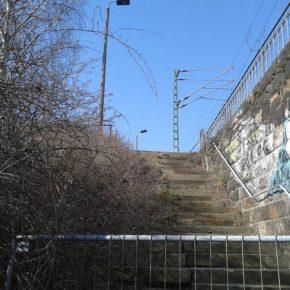 Aufgang zum S-Bahn-Haltepunkt Kleinzschocher, wahrscheinlich wegen Einsturzgefahr gesperrt - Henning Uhle