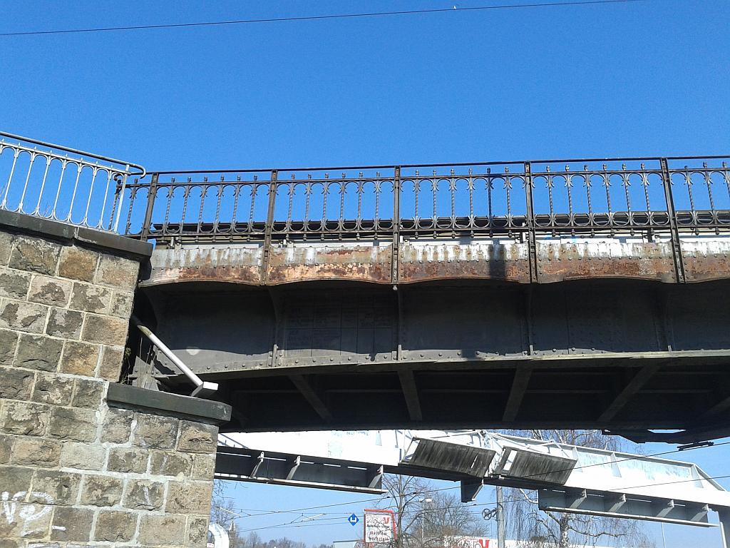 Die S-Bahn-Brücke Kleinzschocher über die stark befahrene Dieskaustraße sieht auch sehr gefährlich aus - Henning Uhle