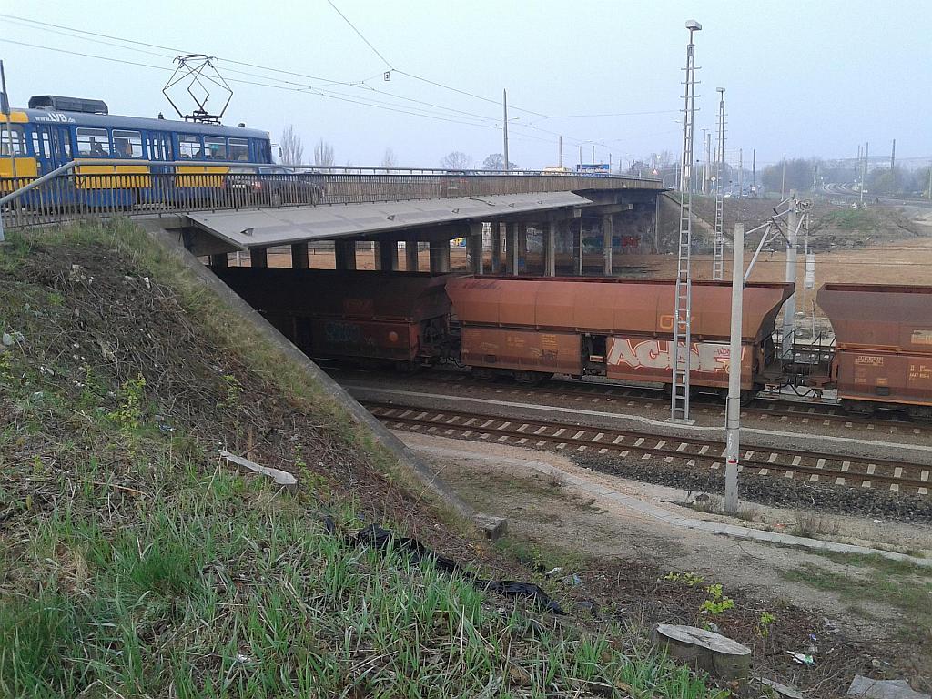Die Straßenbahn im Schneckentempo auf der östlichen Antonienbrücke, Blick Richtung Grünau mit der westlichen Brücke am Horizont - Henning Uhle