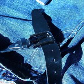 Jeanshose mit Gürtel - (C) marimea43 CC0 via Pixabay.de