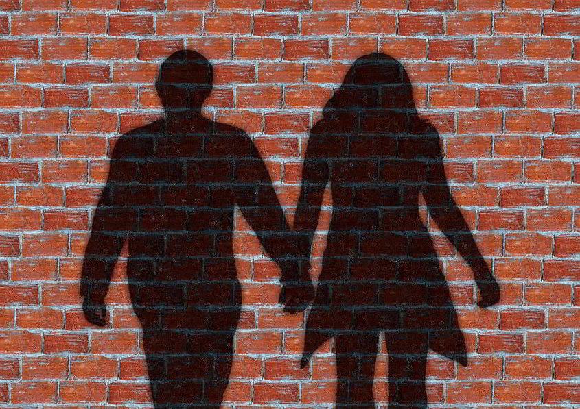 Ein Paar vor der Mauer - (C) Gerd Altmann via Pixabay