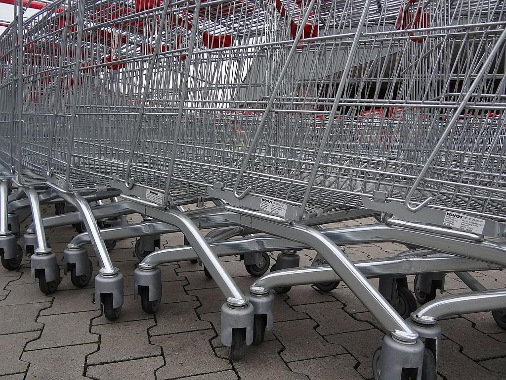 Eine Reihe Einkaufswagen - (C) beeki / Dirk Schumacher via Pixybay