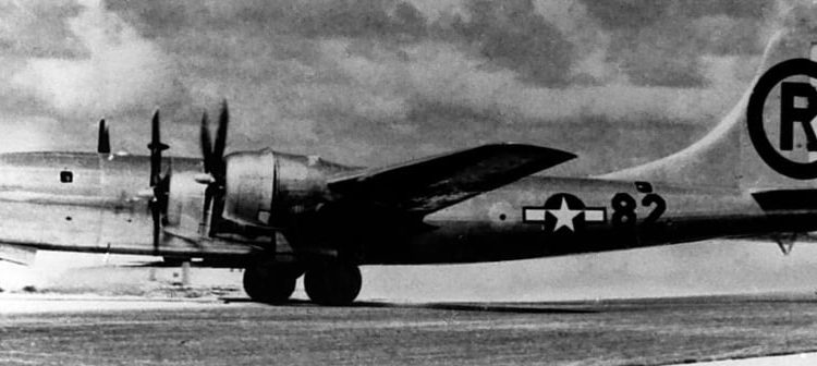 """Der B29-Bomber """"Enola Gay"""" - By Veinsworld at de.wikipedia (Original text: US Air Force) [Public domain], from Wikimedia Commons"""