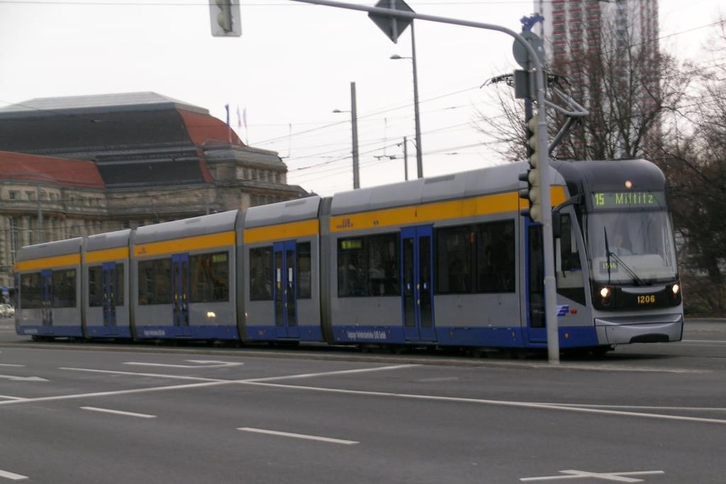 NGT12 Straßenbahn der Linie 15 – By LostArtilleryMan (Own work) [CC-BY-SA-3.0 (http://creativecommons.org/licenses/by-sa/3.0)], via Wikimedia Commons
