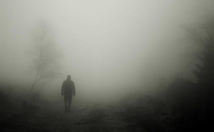 Spaziergänger im November-Nebel - (C) cocoparisienne CC0 via Pixabay.de