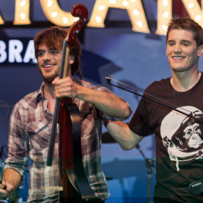 2Cellos in Glendale (Kalifornien) am 4. August 2011 - by Bridget Samuels. Original uploader was Witchblue at it.wikipedia - CC-BY-SA-2.0. - via Wikimedia Commons