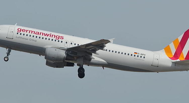 Airbus A320 (D-AIPX) der GermanWings - Flug 4U-9525 beim Abflug von BArcelone - By SEBASTIEN MORTIER (320 GERMANWINGS D-AIPX 147 10 05 14 BCN RIP) [CC BY-SA 2.0 (http://creativecommons.org/licenses/by-sa/2.0)], via Wikimedia Commons