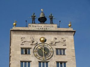 Das Krochhochhaus am Leipziger Augustusplatz - By Xxlfussel (Own work) [CC BY-SA 3.0 (http://creativecommons.org/licenses/by-sa/3.0)], via Wikimedia Commons