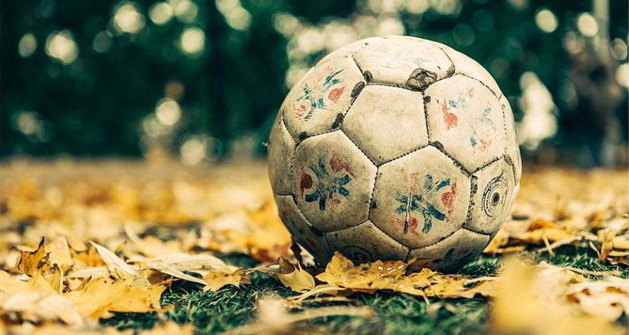 Fußball im Laub - (C) StockSnap CC0 via Pixabay.de