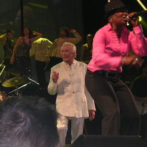 James Last mit Orchester in Köln 2009 - von Farbenpracht (Eigenes Werk) [GFDL (http://www.gnu.org/copyleft/fdl.html) oder CC BY-SA 3.0 (http://creativecommons.org/licenses/by-sa/3.0)], via Wikimedia Commons