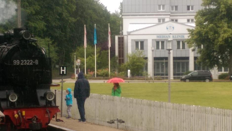 Bahnhof Heiligendamm - Warten auf einfahrende Molli aus der Gegenrichtung