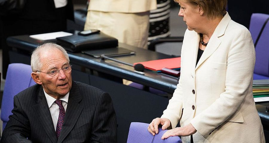 Wolfgang Schäuble und Angela Merkel im Bundestag im Jahr 2014 - By Tobias Koch (OTRS) [CC BY-SA 3.0 de (http://creativecommons.org/licenses/by-sa/3.0/de/deed.en)], via Wikimedia Commons