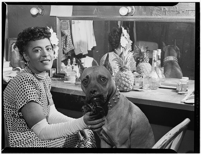 Billie Holiday mit ihrem Hund Mister im Juni 1946 - William P. Gottlieb [Public domain], via Wikimedia Commons