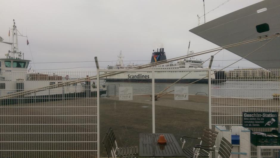 Hafen Rostock, am Pier 7 mit Blick auf eine Scandlines-Fähre