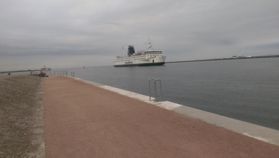 Der Hafen Rostock bei Warnemünde - Einfahr der Scandlines-Fähre