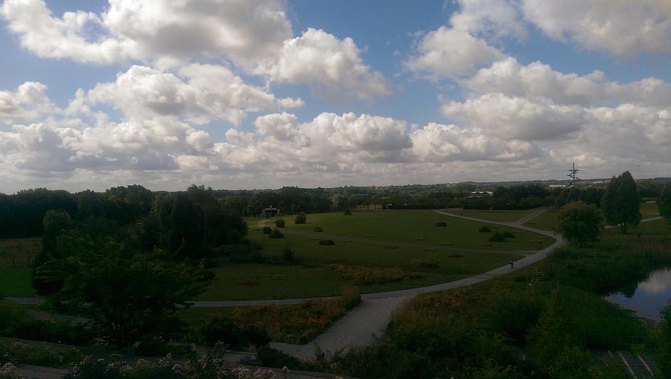 Panoramablick, zweiter Teil - Im hinteren Bereich dann der Eingang zum Tierpark