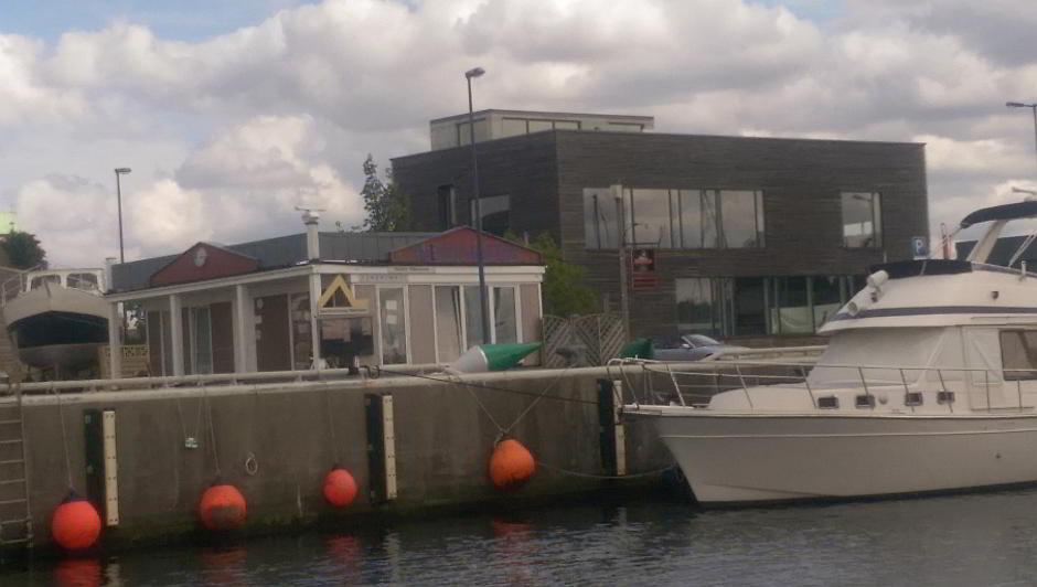 Der Hafenmeister im Yachthafen