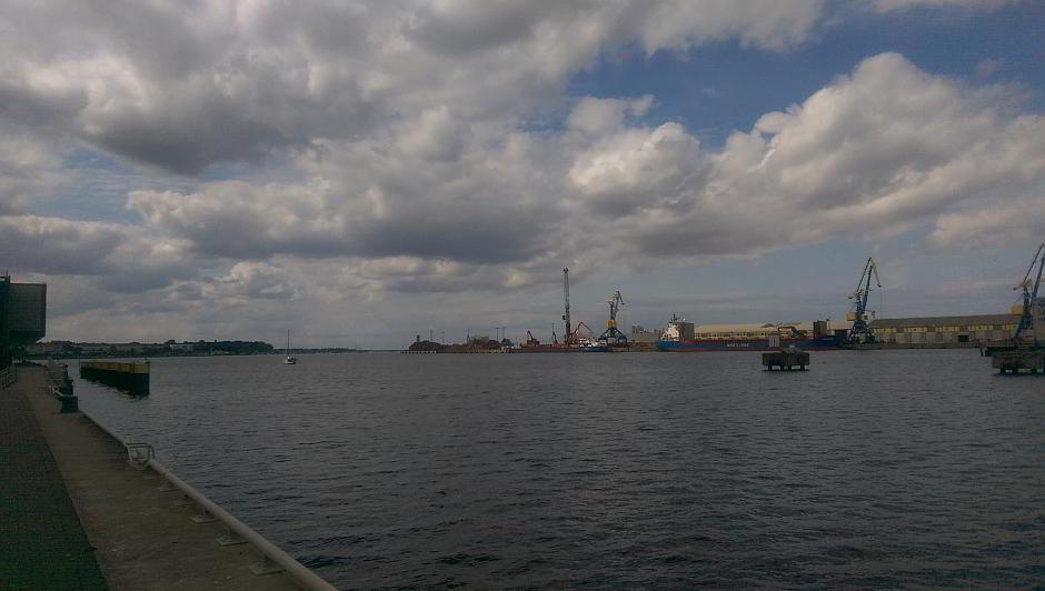 Ein Schiff wird im Hafen Wismar beladen