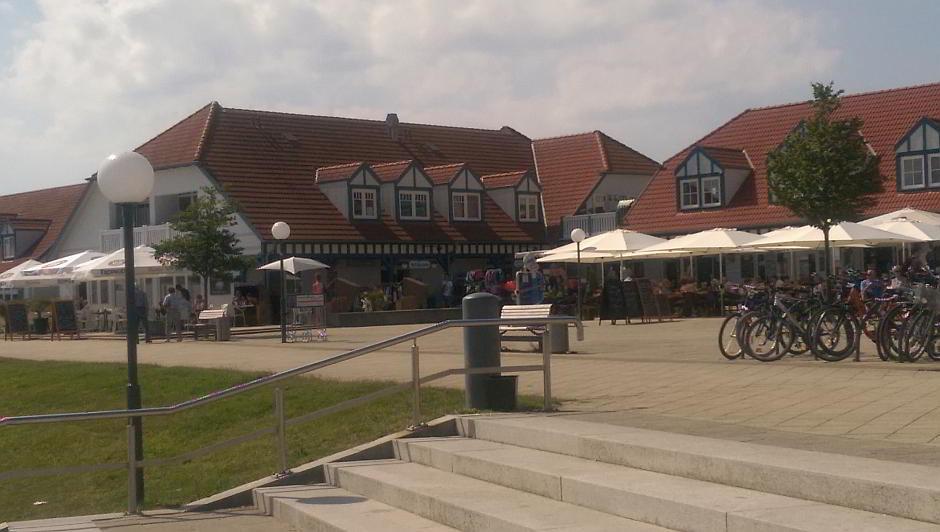 Das Zentrum des Seebads in Rerik am Salzhaff mit Restaurants und Souvenir-Läden