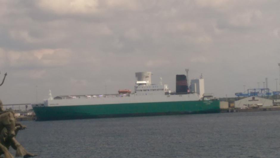 Ein großes Transportschiff im Überseehafen Rostock