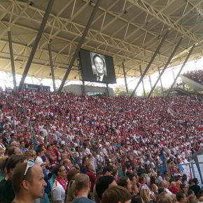 Schweigeminute zum Tod von Gerhard Mayer-Vorfelder beim Spiel RB Leipzig gegen FC St. Pauli in der Red Bull Arena, Leipzig