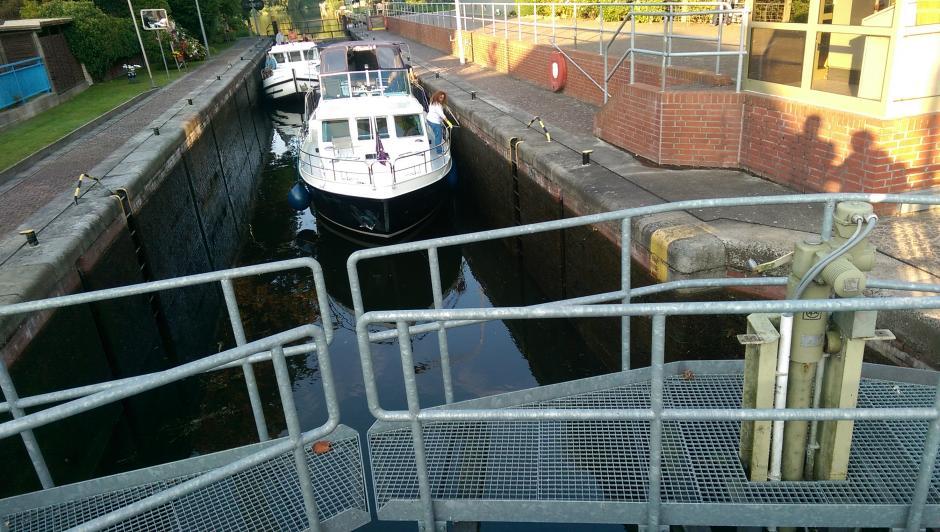 Die Schleuse öffnet sich, um die Boote durchzulassen
