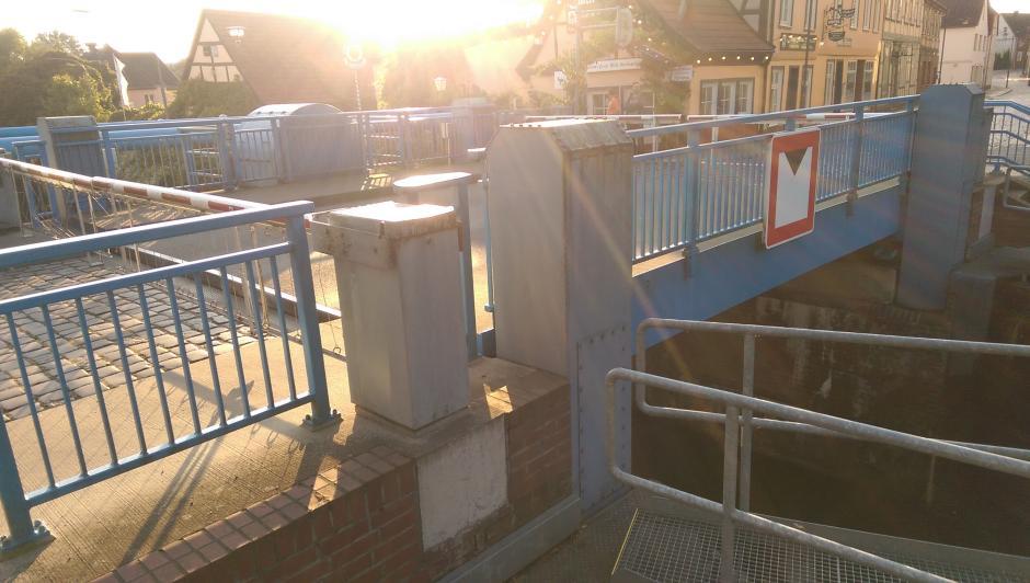 Sogar die Brücke wird angehoben, damit die Boote und Yachten durchpassen