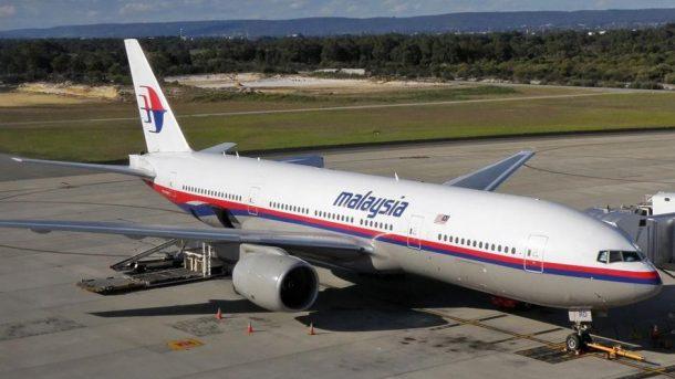 Malaysia Airlines Boeing 777-2H6-ER (9M-MRD), am Flughafen Perth, das als MH17 über der Ukraine abgeschossen wurde - By Darren Koch [GFDL 1.2 (http://www.gnu.org/licenses/old-licenses/fdl-1.2.html) or GFDL 1.2 (http://www.gnu.org/licenses/old-licenses/fdl-1.2.html)], via Wikimedia Commons