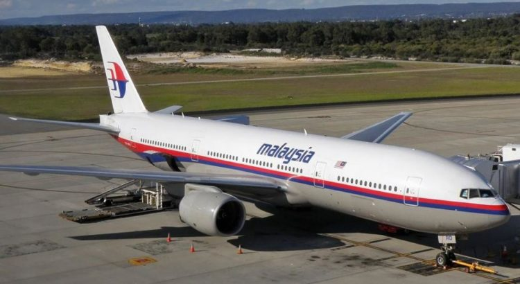 Malaysia Airlines Boeing 777-2H6-ER (9M-MRD), am Flughafen Perth, das als MH17 über der Ukraine abgeschossen wurde - By Darren Koch [GFDL 1.2 (http://www.gnu.org/licenses/old-licenses/fdl-1.2.html) or GFDL 1.2 (http://www.gnu.org/licenses/old-licenses/fdl-1.2.html)], via Wikimedia Commons