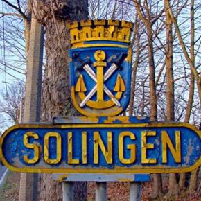 Stadtwappen von Solingen an der Burger Landstraße - By Michael Tettinger, Solingen Tetti (Own work) [GFDL (http://www.gnu.org/copyleft/fdl.html), CC-BY-SA-3.0 (http://creativecommons.org/licenses/by-sa/3.0/) or Public domain], via Wikimedia Commons