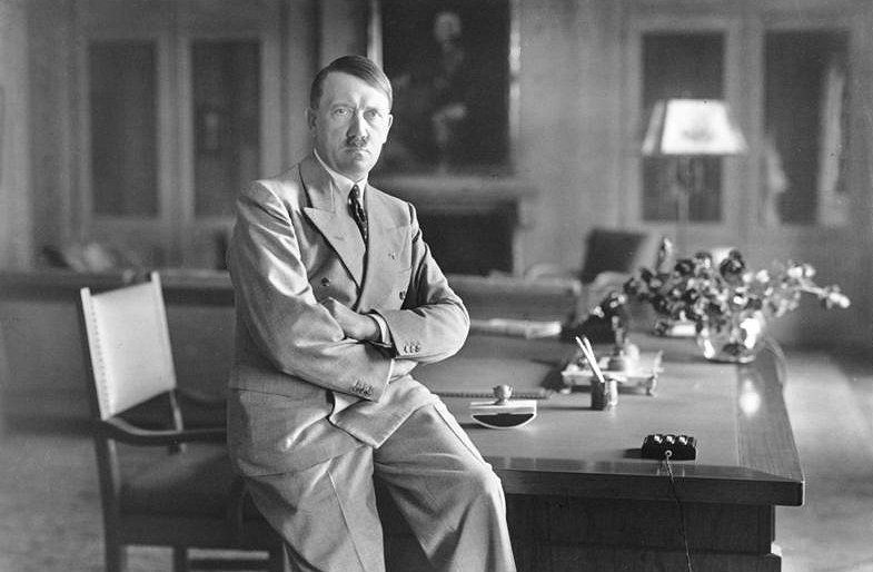 Adolf Hitler 1933 - Bundesarchiv, Bild 146-1990-048-29A / CC-BY-SA 3.0 [CC BY-SA 3.0 de (http://creativecommons.org/licenses/by-sa/3.0/de/deed.en)], via Wikimedia Commons