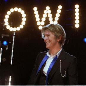 David Bowie im Jahr 2002 in Chicago in Tinley Park, USA - By Photobra|Adam Bielawski (Own work) [CC BY-SA 3.0 (http://creativecommons.org/licenses/by-sa/3.0) or GFDL (http://www.gnu.org/copyleft/fdl.html)], via Wikimedia Commons
