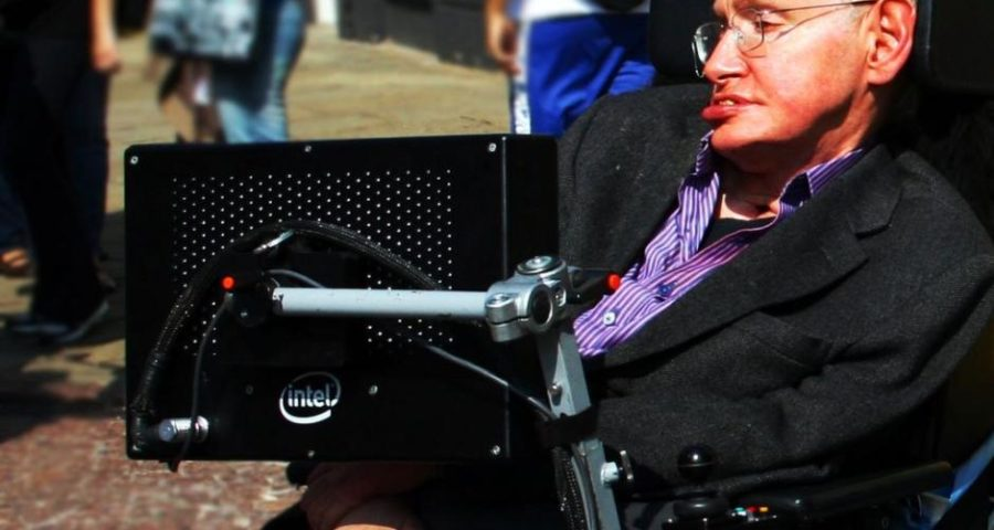 Stephen Hawking in Cambridge im Jahr 2008 - von Doug Wheller [CC BY 2.0 (http://creativecommons.org/licenses/by/2.0)], via Wikimedia Commons