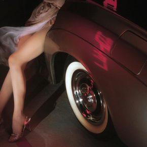 Frauenbeine an einem Bentley - (C) Tummen CC0 via Pixabay.de