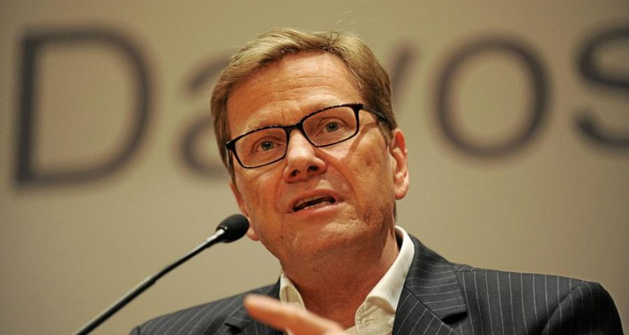Guido Westerwelle auf dem Weltwirtschaftsforum in Davos 2013 - von World Economic Forum from Cologny, Switzerland [CC BY-SA 2.0 (http://creativecommons.org/licenses/by-sa/2.0)], via Wikimedia Commons