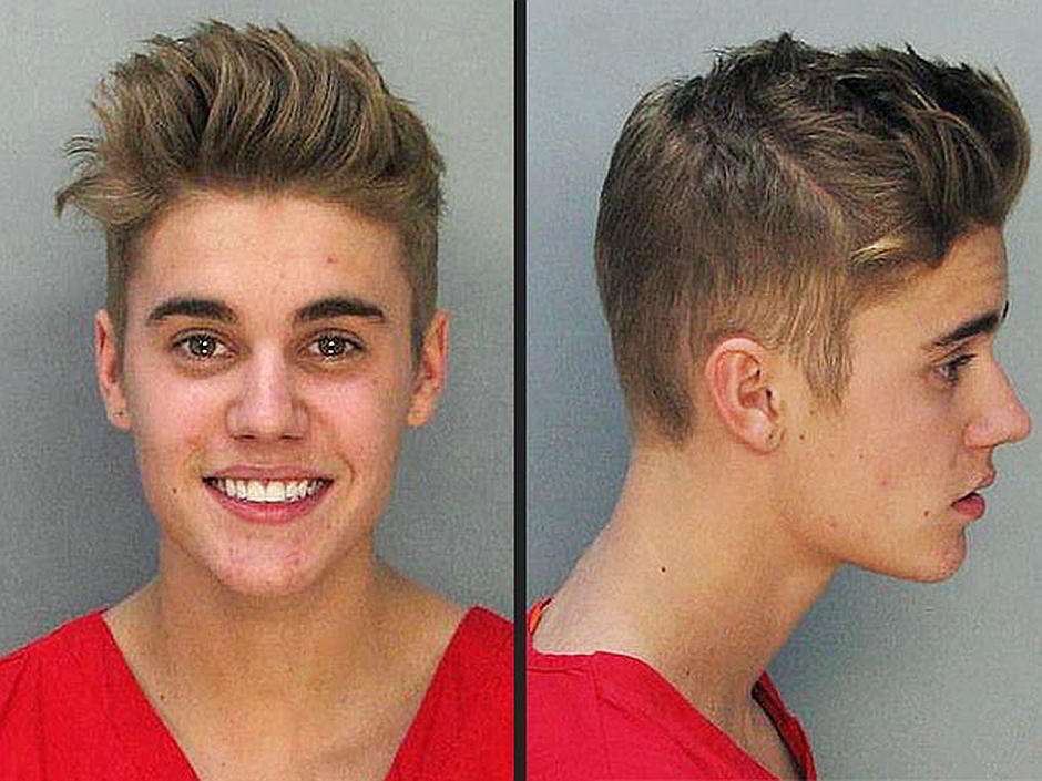 Justin Bieber im Arrest 2014 in Florida - von Miami Police Department [Public domain], via Wikimedia Commons