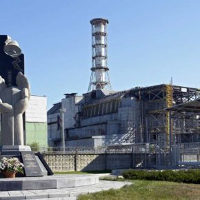 Tschernobyl: Gedenkstatue und Sarkophag des Reaktors Tschernobyl-4 - By Mond (Own work) [CC BY-SA 3.0 (http://creativecommons.org/licenses/by-sa/3.0) or GFDL (http://www.gnu.org/copyleft/fdl.html)], via Wikimedia Commons