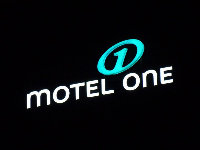 Motel One - Logo vom Spittelmarkt Berlin - By Lotse (Own work) [GFDL (http://www.gnu.org/copyleft/fdl.html) or CC BY-SA 3.0 (http://creativecommons.org/licenses/by-sa/3.0)], via Wikimedia Commons
