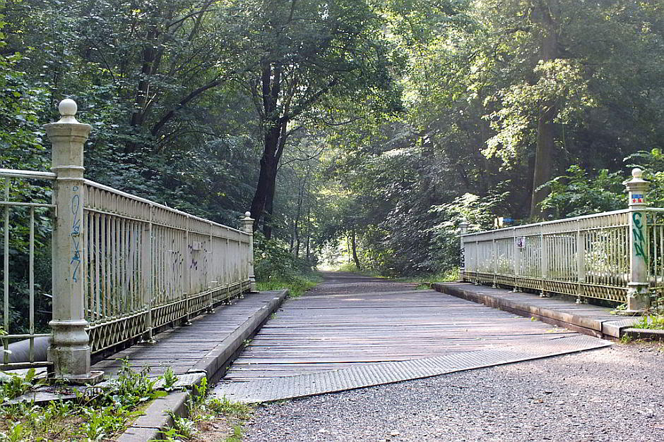 Die Weiße Brücke über den Floßgraben im Leipziger Auwald - By Geisler Martin (Own work) [GFDL (http://www.gnu.org/copyleft/fdl.html) or CC BY-SA 3.0 (http://creativecommons.org/licenses/by-sa/3.0)], via Wikimedia Commons