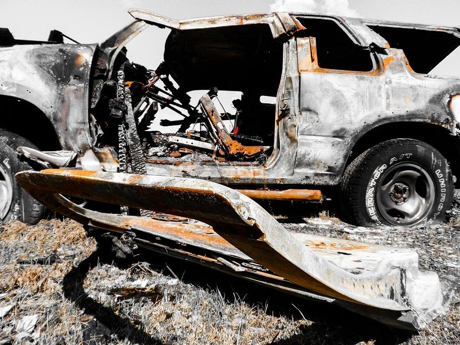 Ein verbranntes Auto - (C) jodylehigh CC0 via Pixabay.de
