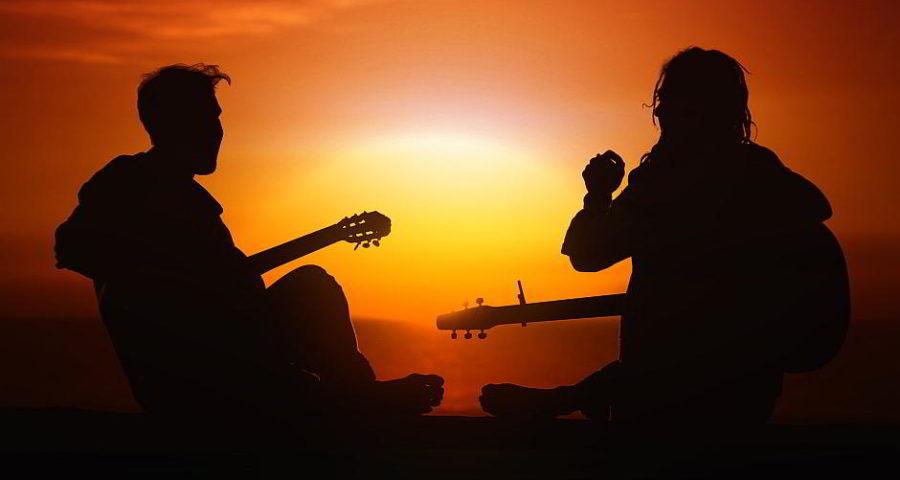 Gitarrenspieler im Sonnenuntergang - (C) Geralt Altmann CC0 via Pixabay.de